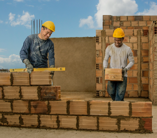 dos hombres trabajando en medio de una construcción