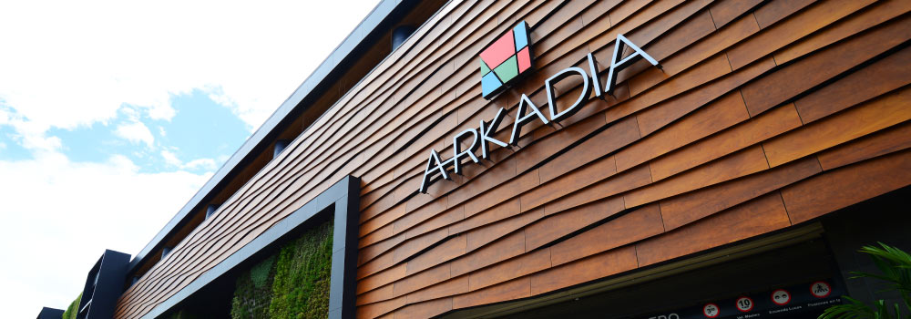 centro comercial Arkadia vista frontal desde abajo en detalle del nombre