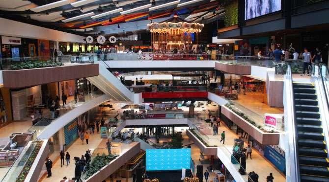 centro comercial Arkadia vista desde adentro frontal de todo el interior fondo natural