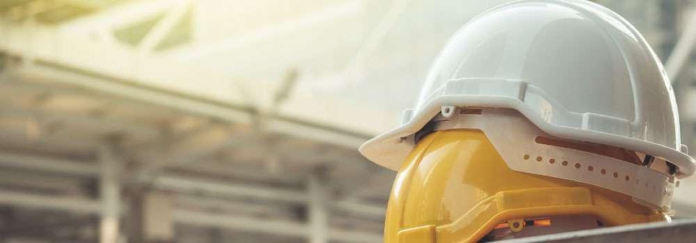 Vista frontal de los implementos de construcción fondo natural