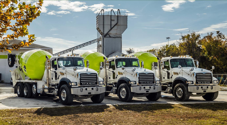 tres camiones cisterna a la espera de ser cargados con planta de fondo