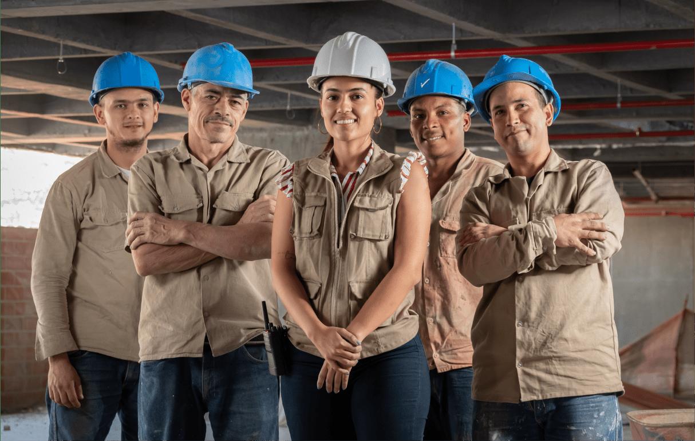 5 personas vista frontal con indumentaria fondo de construcción