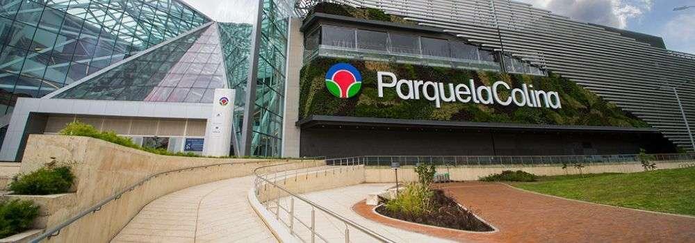 Centro comercial Parque La Colina vista frontal inferior de la entrada fondo natural